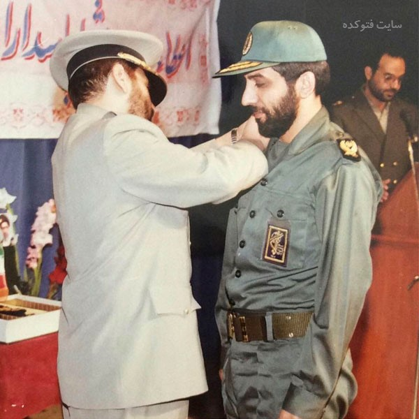 عکس های عزت الله ضرغامی در حال گرفتن درجه سرداری از فیروز بادی