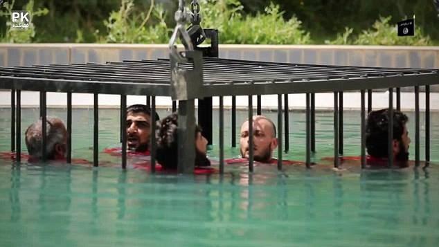 عکس روش های جدید اعدام داعش,اعدام در قفس داعش,جدیدترین عکس های اعدام توسط داعش,بعد از اتش زدن در قفس اینبار خفه کردن تو آب در قفس توسط داعش,داعش و اعدام