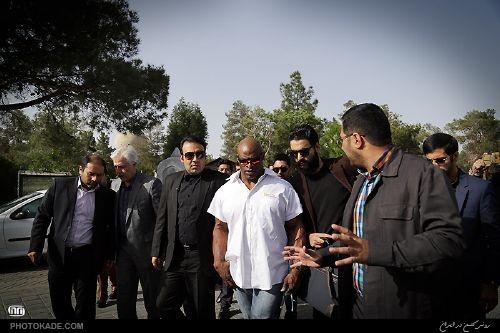 عکس های رونی کلمن در مزار شهدا,رونی کلمن,حضور رونی کلمن در بهشت زهرا تهران,عکسهای رونی کلمن در ایران,رونی کلمن به ایران آمد,تصاویر رونی کلمن در ایران