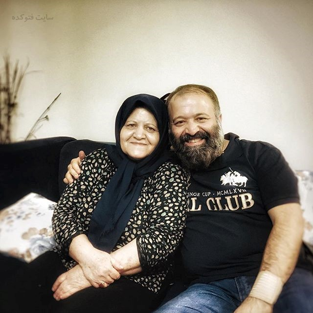 عکس سید علی صالحی با مادرشان