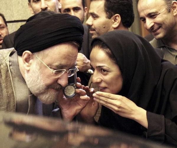 بیوگرافی مسیح علینژاد خبرنگاز با عکس در کنار خاتمی