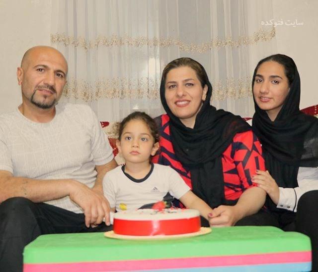 آرات حسینی در کنارو پدر و مادر و خواهرش + بیوگرافی
