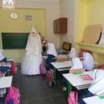 عکس خانم معلم با لباس عروس سرکلاس