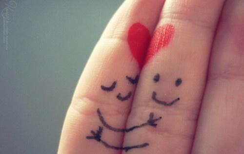 قلب و بوسه هنری روی انگشت