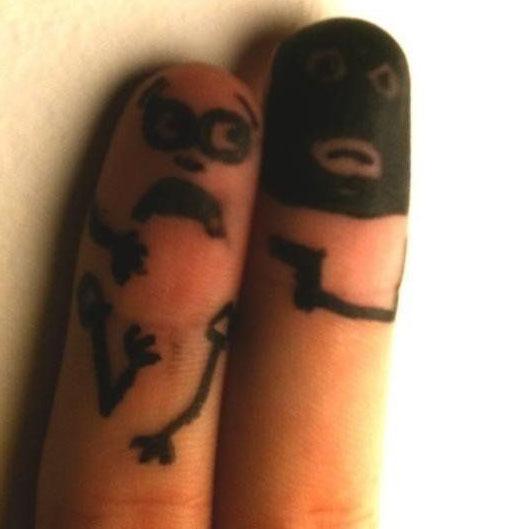 تصویر دزد هنری روی انگشت