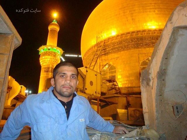 عکس علیرضا دبیر در کنار گنبد امام حسین (ع)