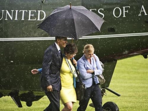 معرفت باراک اوباما زیر بارش باران,باراک اوباما و چتری برای سه نفر,گرفتن چتر باراک اوباما برا کارمندان زن خود زیر باران ,ویدیو معرفت باراک اوباما زیر باران