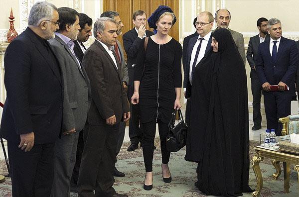 لباس باز زن آلمانی مقابل لاریجانی,عکس جنجالی از لباس زن آلمان المار بروک مقابل لاریجانی رئیس مجلس ایران,عکس حجاب زن آلمانی مقابل لاریجانی,عکس خفن زن آلمانی