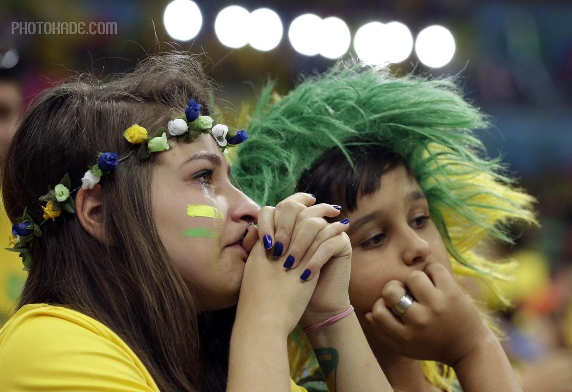 گریه طرفداران برزیل در رده بندی جام جهانی,طرفداران عاشق تیم ملی برزیل,تصاویر تماشاگران جام جهانی 2014 برزیل,گریه بچه های عاشق در جام جهانی