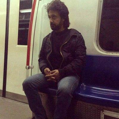 عکس داریوش اقبالی در مترو تهران,عکس خواننده معروف در ایران,عکس شباهت این مرد به خواننده لس انجلسی,عکس جالب از شباهت این فرد به داریوش اقبالی خواننده مرد