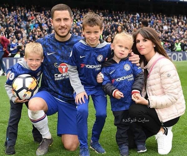 عکس ادن هازارد فوتبالیست در کنار همسرش و فرزندان
