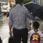 عکس پر احساس از عشق پدر به فرزند,پربازدید ترین عکس پراحساس از پدری که زیر باران خیس شده و چتر رو برای فرزندش گرفته,عکس زیبا عز محبت و فداکاری پدر برای فرزند
