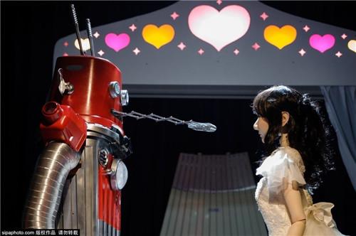عکس اولین مراسم ازدواج دو ربات در ژاپن,برای اولین بار در جهان ازدواج دو ربات در ژاپن,عکس های ازدواج ربات ها در ژاپن,تصاویر ازدواج دو روبات,زنگ خطر برای بشر