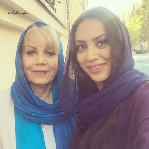 عکس مونا فرجاد و مادرش (بیوگرافی)