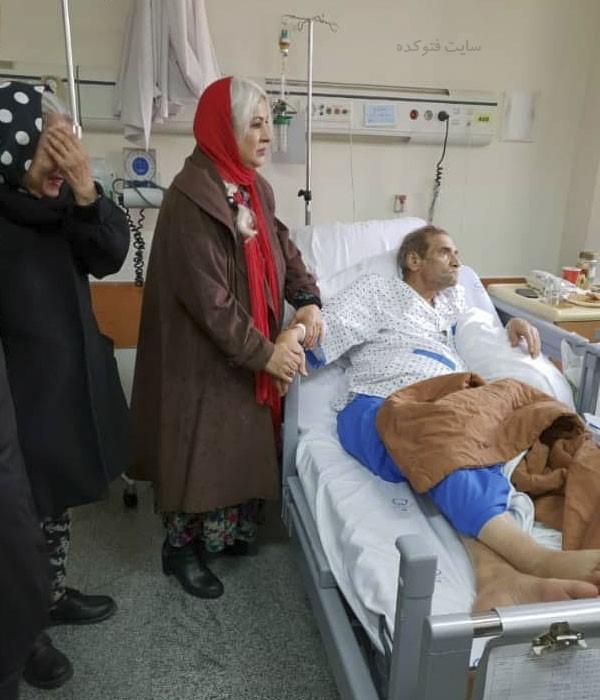 فرحناز منافی کنار حسین محب اهری در بیمارستان