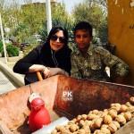 آرزوی فلور نظری برای بزرگ مردي كوچک,نوشته زیبای فلور نظری بازیگر زن ایرانی برای پسر دست فروش,عکس فلور نظری با پسرک دست فروش,عکس فلور نظری و بزرگ مرد کوچک