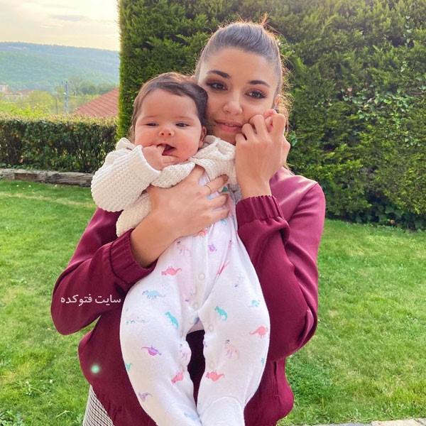 عکس Hande Erçel و خواهرزاده اش