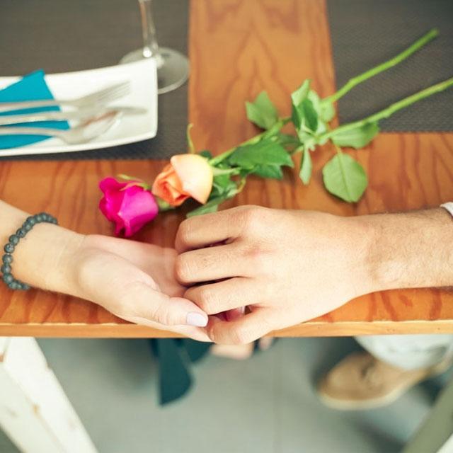 عکس گل دار عاشقانه با دو دست دختر و پسر