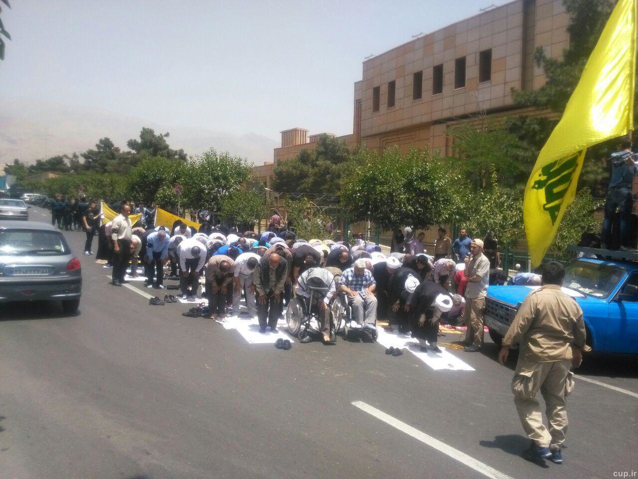 عکس تجمع دلواپسان علیه حضوز زنان در ورزشگاه,عکس تجمع حزب الله علیه ورود زنان به ورزشگاه,عکس های تجمع افراد مخالف ورود بانوان به ورزشگاه,تجمع اعتراضی بسیج