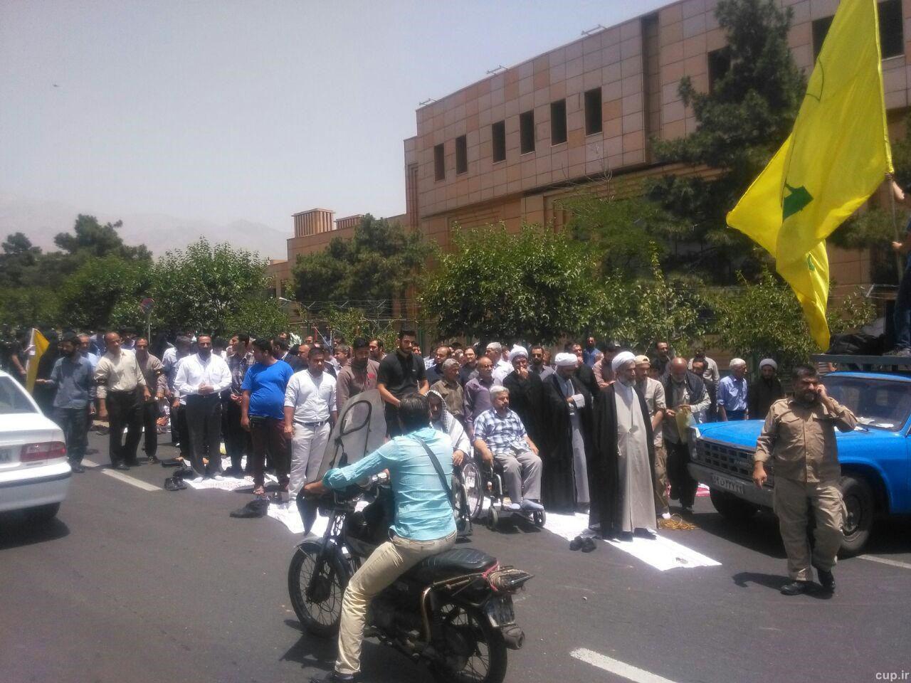 تجمع اندک دلواپسان علیه حضور زنان در ورزشگاه ها با عکس,عکس تجمع دلواپسان علیه زنان برای ورود به استادیوم,عکس های تجمع حزب الله علیه ورود زنان به ورزشگاه ها