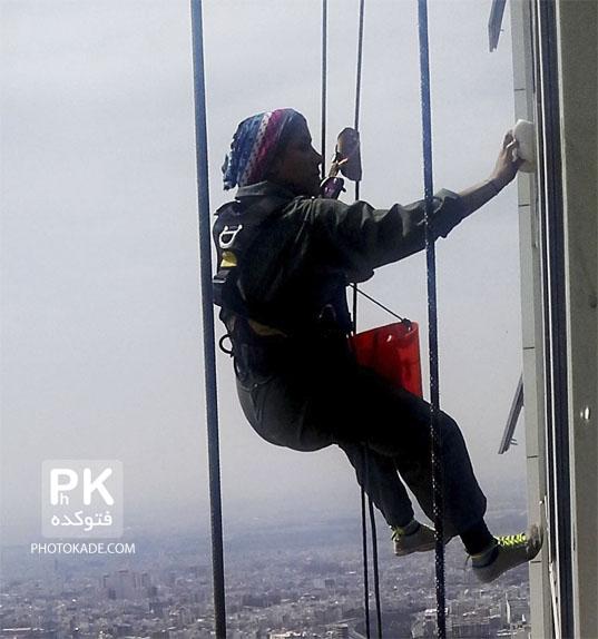 دختری ایرانی که از برجهای مرتفع بالا میرود,عکس تینا دختر شجاع ایرانی در حال شست شوی شیشه های مرتفع تهران,عکس دختر نترس ایرانی,عکس زن شجاع,دختر با کار عجیب