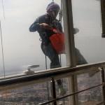 دختری ایرانی که از برجهای مرتفع بالا میرود