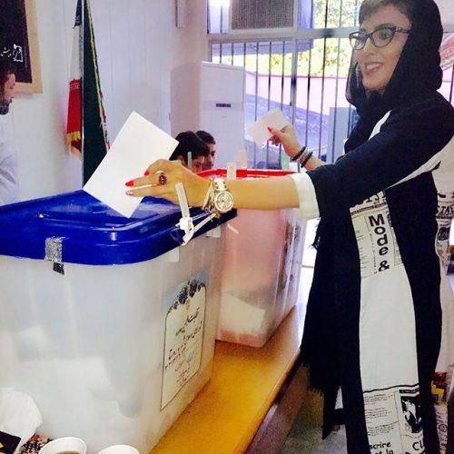 عکس لیلا بلوکات در حال رای دادن