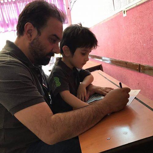 عکس برزو ارجمند و پسرش در حال رای دادن