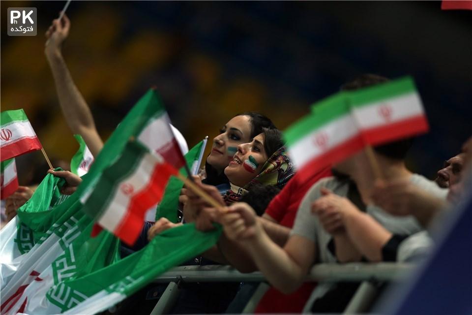 عکس بازی والیبال ایران روسیه 2015 در لیگ جهانی,عکس تماشاگران بازی والیبال ایران و روسیه در لیگ جهانی در سال 2015,تماشاگران زن و دختر والیبال تیم ملی ایران