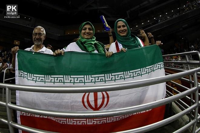 تماشاگران والیبال ایران و آمریکا در لیگ جهانی 2015,تماشاگران خفن ایرانی در بازی والیبال ایران و آمریکا سال 2015 لیگ حهانی,تماشاگران زن و مرد ایرانی والیبال