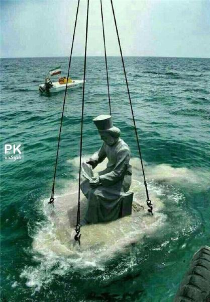 عکس نصب مجسمه کوروش در خلیج فارس,تندیس کوروش در خلیج فارس انداخته شد,مجسمه کوروش در خلیج فارس,مجسمه کوروش به آب انداخته شد,دلیل انداختن کوروش در خلیج فارس