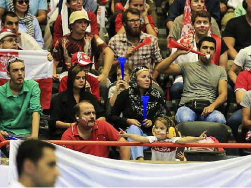 لیگ جهانی 2015,عکس تماشاگران زن و و مرد ایران بازی والیبال ایران و لهستان,عکس تماشاگران زن لهستان در بازی با ایران