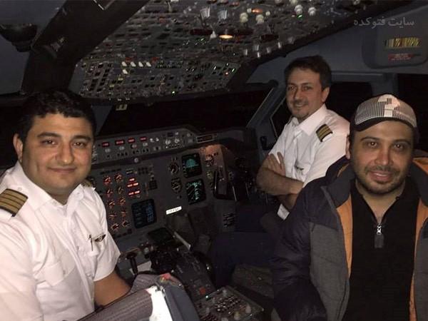 عکس محسن چاووشی در کابین خلبان