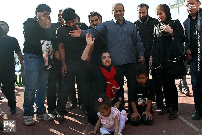 همسر و بچه های هادی نوروزی در مراسم تشییع