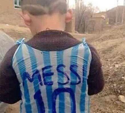 ماجرای لیونل مسی و کودک عراقی,پیراهن پلاستی لیونل مسی بر تن پسربچه عراقی,مسی بدنبال کودک عراقی,عکس جنجالی پیراهن مسی بر تن پسر بچه عراقی