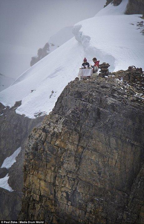 عکس ماه عسل این زوج در نوک قله,عکسهای جالب از ماه عسل,عکس جالب از ماه عسل زوجی بالای کوه در برف,تصاویر عجیبترین ما عسل,عکس عجب از ماه عسل,ماه عسل این دو زوج