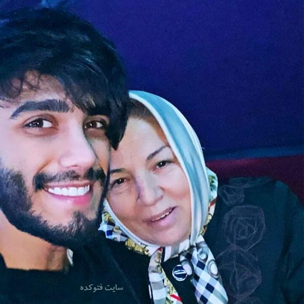 عکس مهراد جم خواننده و مادرش با بیوگرافی