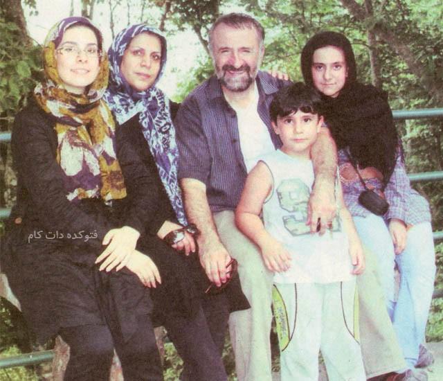 مهران رجبی و همسرش با عکس خانوادگی