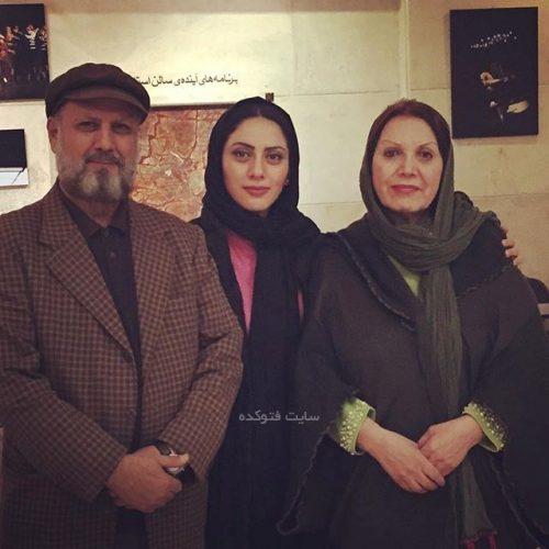 مونا فرجاد در کنار پدر و مادرش