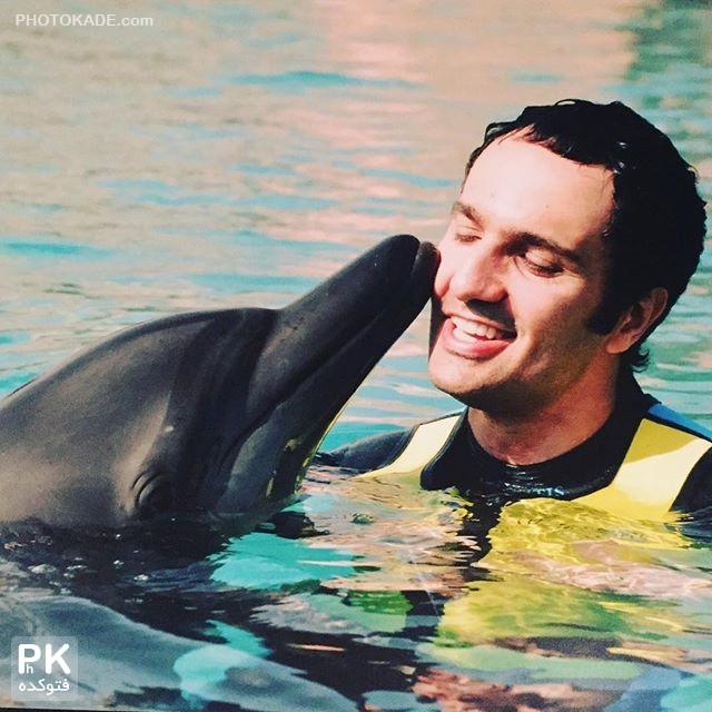 بوسه دلفین بر صورت محمدرضا فروتن,عکس بوس کردن صورت محمدرضا فروتن توسط دلفین,عشق بازی دلفین با محمدرضا فروتن,عکس محبت دلفین برای بازیگر مرد مشهور فروتن