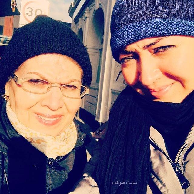 نیکی کریمی در کنار مادرش