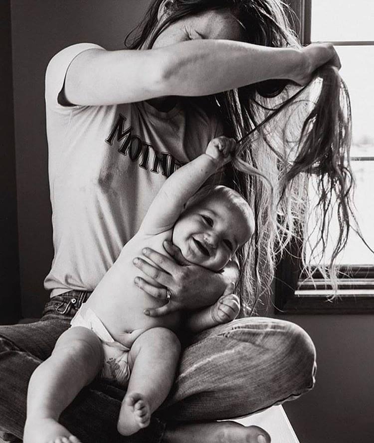 عکس نوزاد شیطون در حال کشیدن موهای مادر