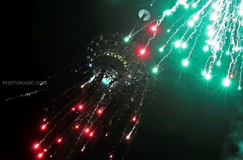 عکس نورافشانی در برج میلاد 22 بهمن,نور افشانی به مناسبت پیروزی انقلاب اسلامی ایران,عکس نورافشانی در برج میلاد,تصاویر نور افشانی در بلندترین برج ایران میلاد