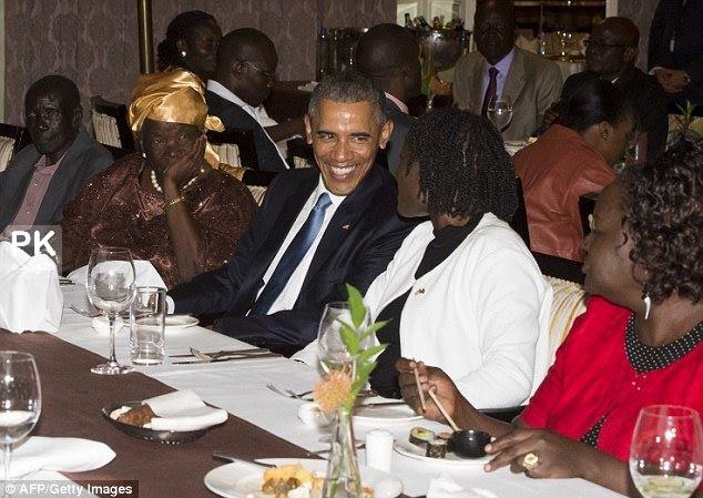 عکس های دیدار اوباما با خواهر ناتنی اش در کنیا,عکس خواهر باراک اوباما در کنیا,عکس اوباما در دیدار با خانواده اش در کنیا,عکس مادربزرگ و پدربزرگ باراک اوباما