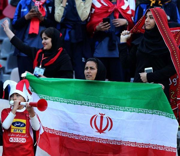 عکس تماشاگران دختر بازی پرسپولیس و کاشیما در استادیوم آزادی