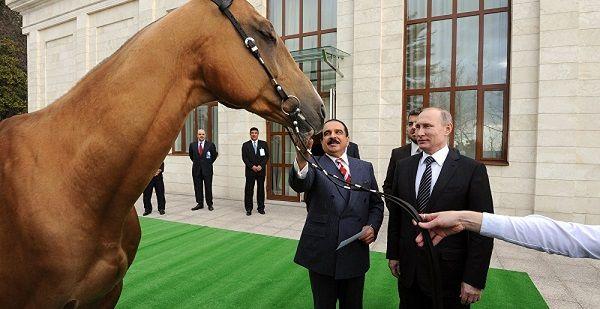 هدیه اسب پوتین به پادشاه بحرین با عکس,اسب هدیه پوتین به پادشاه بحرین,هدیه جالب پوتین به پادشاه بحرین,عکس هدیه جالب پوتین,اسب هدیه پوتین به پادشاه عرب