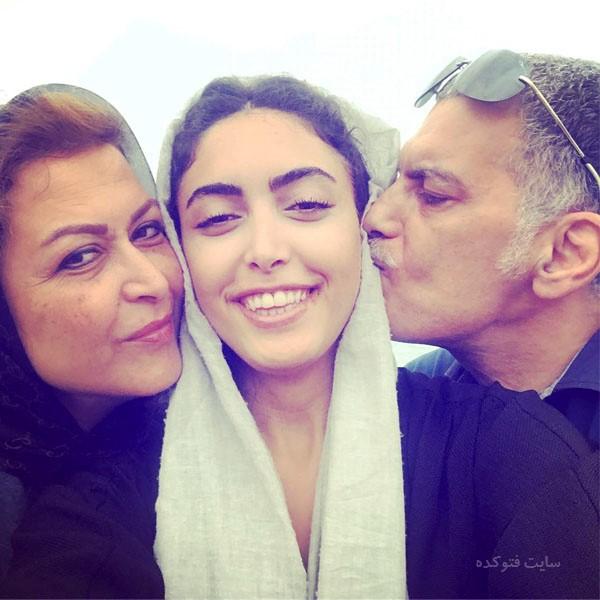 عکس ساناز طاری در کنار پدر و مادر