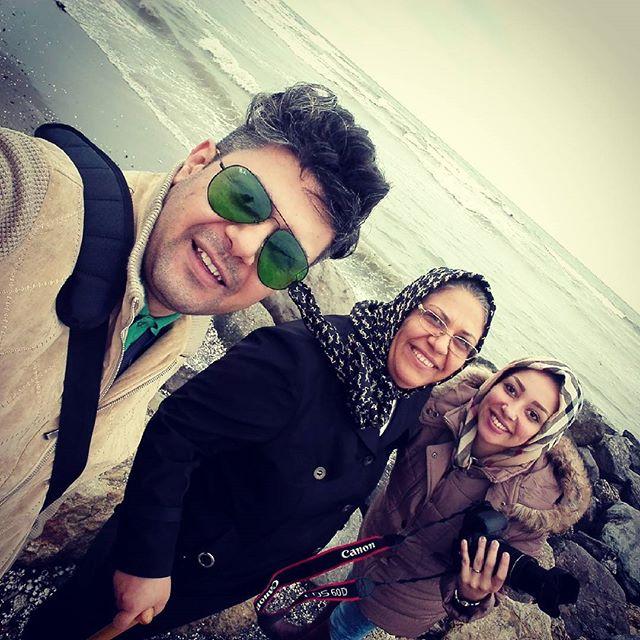 عکس محسن بهرامی بازیگر سریال نوار زرد (کنار همسر و مادر)