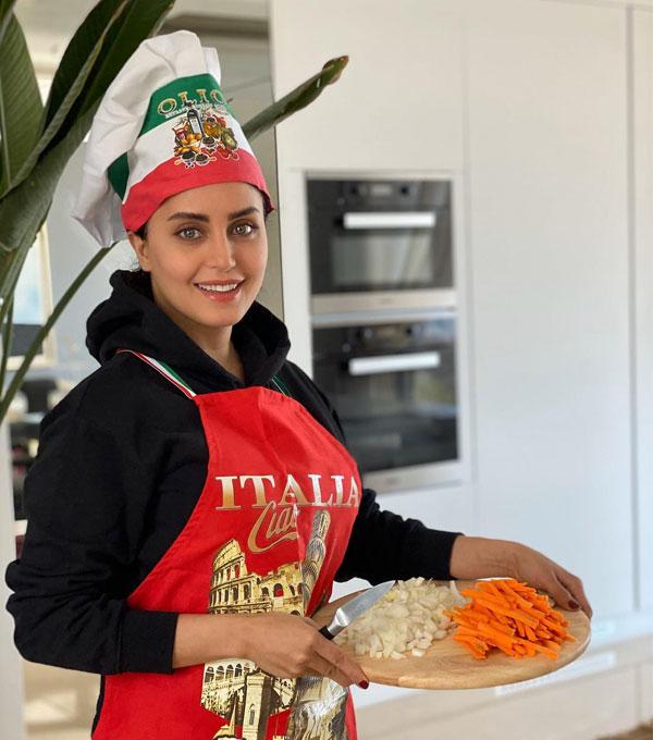 عکس الناز شاکردوست Elnaz Shakerdoost در حال آشپزی
