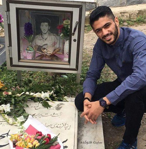 شایان مصلح در کنار مزار پدرش شهیدش